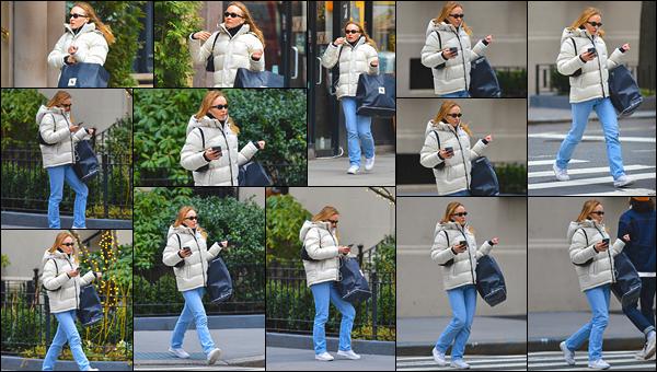 '-29/01/20-''—' Lily-Rose Depp a été photographiée en faisant un peu de shopping, dans le centre de - New York. Vêtue d'une grosse doudoune blanche et d'un jean bleu, Lily-Rose à été aperçue seule avec un gros sac. J'aime beaucoup sa tenue, je lui accorde un top.