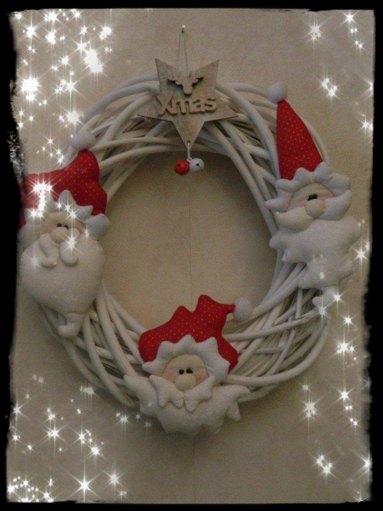 Couronne avec les têtes de père Noël