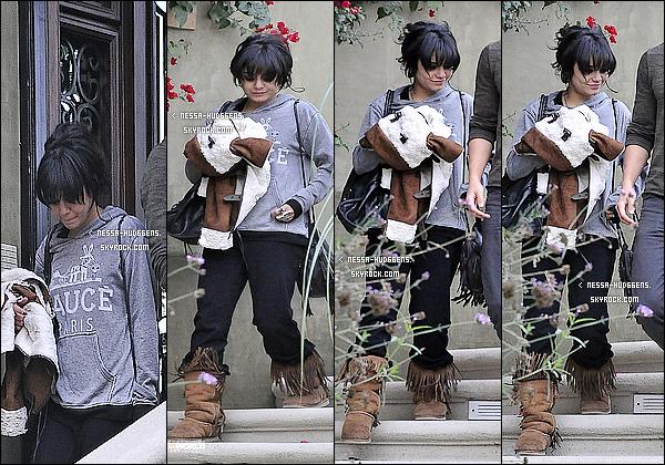 .  06/11/11 - La Hudgens et son mec Austin sortant du chateau de Vanessa dans le quartier de Studio City ! .