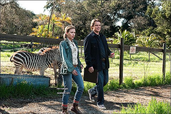 Matt et Scarlett Johansson traînant avec des zèbres dans une nouvelle photo de  We Bought A Zoo !    Synopsis : Benjamin Mee (Matt Damon) est déterminé à sauver un vieux zoo, et investi toutes ses économies dans la rénovation du zoo pour lui rendre sa gloire passée. Ben déménage avec toute sa famille en californie du sud, à la campagne, pour démarrer les travaux, mais se rend rapidement compte que tout cela le dépasse un peu. Heureusement pour le bon samaritain, il reçoit de l'aide de manières inattendues.    Pris suractu-film.com