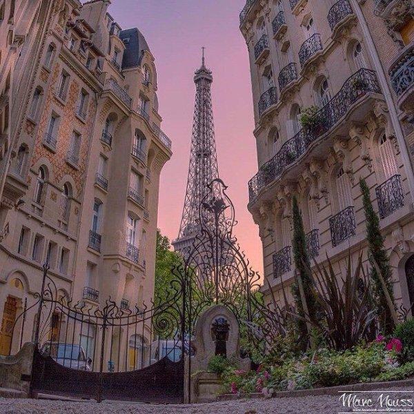 - PARIS AU MOIS D'AOUT -