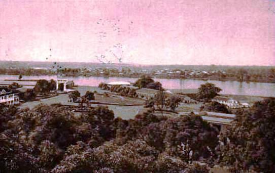 Très vieille photo d'Abidjan, n'est-ce pas la poste à gauche ?