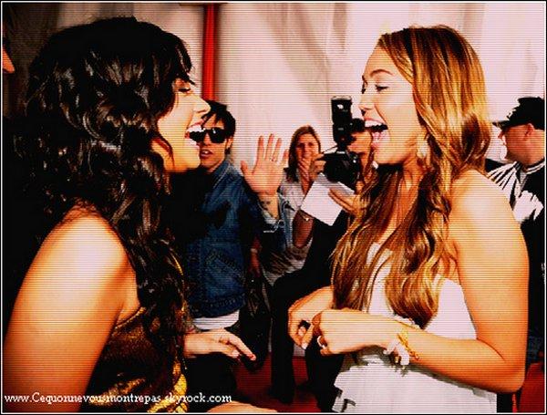 . Demi et Miley devrait faire un duo ? Alors content ?  . Alors la Lovato et Miley ? Soit la sourire XXL et la provoc girl ? Votre avis ?  .