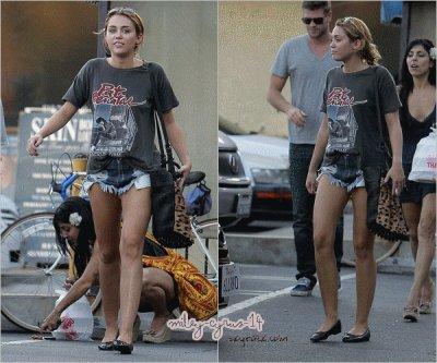 24/08/11 : Miley a été dejeuner avec Liam et son amie Jen à Los Angeles