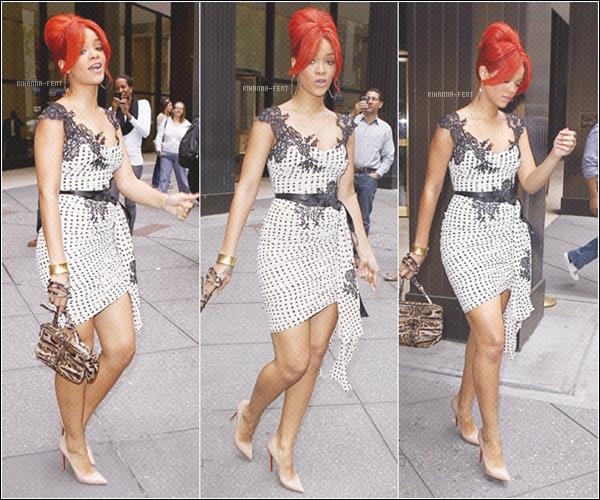. 29/04/11 ~ Rihanna, très jolie, se baladant dans les rues de New York.    .