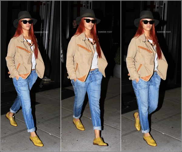 . 29/04/11 ~ Rihanna, décontractée, à l'aéroport de New York pour se rendre en Jamaïque.  .