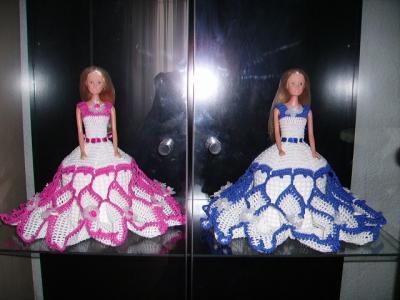 Ici 2 poupées une en blanc-bleu et l'autre en blanc-rose