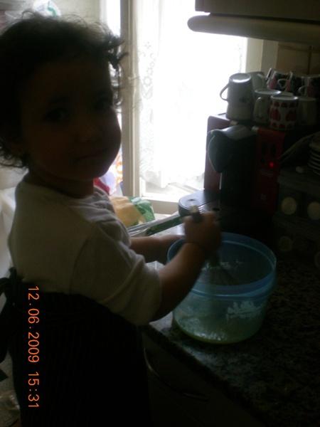 Voilà ma cuisinière privée en train de faire des cookies!!! mdr