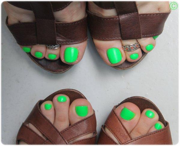 """[MISE À JOUR] Test: N°45 """"Green Fluo"""" de chez DEBORAH (pieds) ♥"""