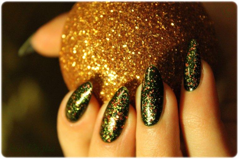 """Superposition: vernis N°404 """"Golden Flame"""" de chez KIKO sur N°251 """"Cedar Green"""" de chez Mavala ♥"""