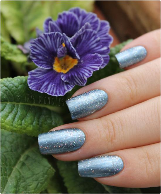 Superposition: vernis bleu glacé (pailleté holographique) de chez Claire's sur N°817 Saphir Treasure de chez L'Oréal !