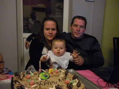 kélia avec sa maarraine et son parrain seul hoto a son premier anniversaire