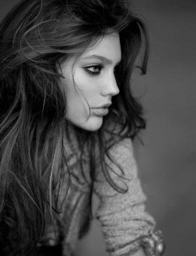 Ne cherche pas, je connais la réponse, puisque c'était ton absence qui l'accablait ! As-tu la moindre idée du mal que tu lui as causé, de la solitude dans laquelle tu l'as plongé, sais-tu combien ça a duré ? Te rends-tu compte que cet idiot avait le coeur si abîmé qu'il trouvait encore le moyen de prendre ta défense, alors que je faisais tout mon possible pour qu'enfin il te haïsse.