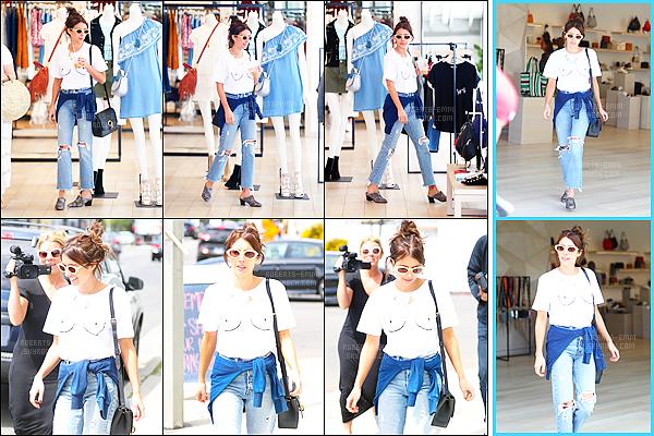 """. 13/04/17 :Emma Robertsa été vue faisant du shoppingdans la boutique """"Rebecca Minkoff """", à LA ! ."""