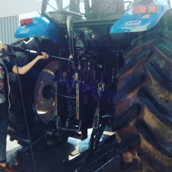 Moi et ma pote qui n'éttoyons le tracteur du lycée