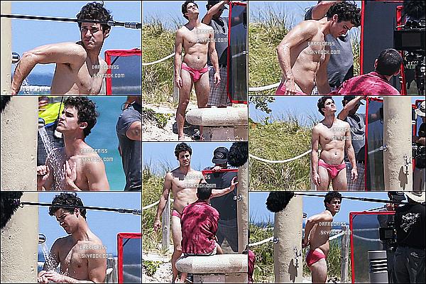 * 03/05/17 : Darren Criss a éét repérée alors qu'il tournait des scènes pour la série « American Crime Story ». Darren est très beau. Les lunettes sont superbes. J'aime bien la tenue avec le tee-shirt jaune et le short, ça lui va bien je trouve. C'est donc un Top.  *