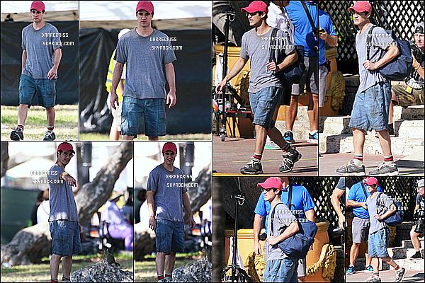 * 09/05/17 : Darren C. a été aperçue une nouvelle fois, sur le tournage de la série - « American Crime Story ». Darren est beau. J'aime bien sa casquette, ça va bien avec sa tenue. La tenue qu'il porte est assez simple mais j'aime bien. Je lui mets donc un Top.  *