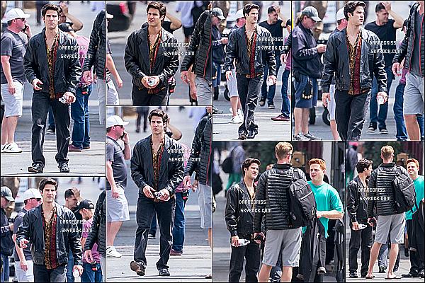 * 06/06/17 : Darren Criss a été repéré, une nouvelle fois sur le tournage de la série « American Crime Story ». Ca fait plusieurs mois que Darren est sur le tournage de cette série et ce n'est pas encore terminé. Darren est superbe. J'aime bien sa tenue. Un Top  *