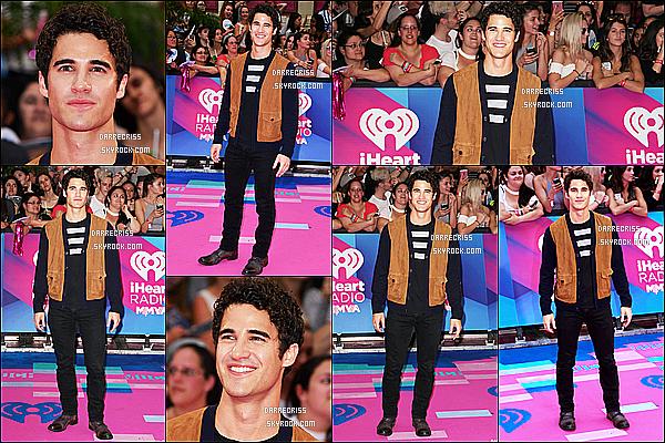 * 18/06/17 : Darren Criss a assisté à l'événement « IHeartRadio MuchMusic Video Awards » dans Toronto Darren a pris le temps de poser avec des fans, il est également monté sur scène pour présenter un prix. Darren est ravissant. J'aime sa tenue. Top !  *