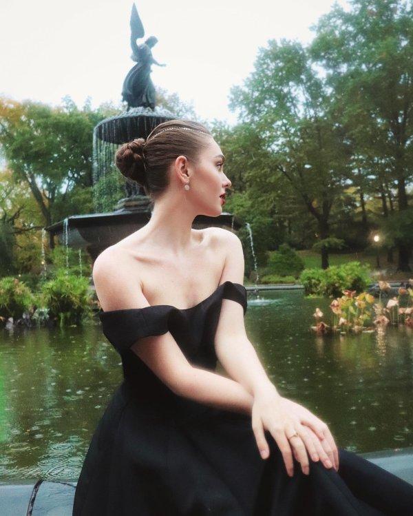 """Jackie Wyers dans la peau de """"Emily in Paris"""" !"""