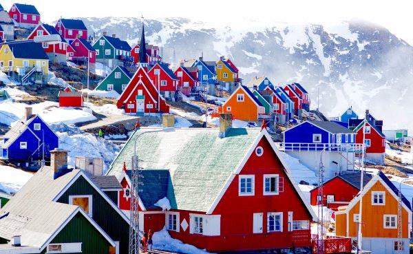 """Un petit détour par le Groenland, est-ce que ça vous tente ? Je n'ai pas du tout aimé le livre  de Niviaq Korneliussen, malgré mon immense curiosité à l'égard de la vie sur cette île très éloignée de ma culture,  à cause de son style d'écriture, mais l'entretien qu'elle a accordé à """"La Poudre"""" me semble valoir, lui, le détour !"""