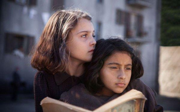 Malgré sa grande popularité, la chronique napolitaine adaptée de la saga d'Elena Ferrante m'ennuie plus qu'elle ne m'enthousiasme. Pourtant, je suis touchée par les destins des héroïnes, qui peinent à trouver leur place dans un monde qui n'est pas fait pour elles et qui aiment s'instruire ; et  les paysage de Campanie me permettent de m'évader !