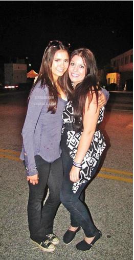 Photos de Nina avec des fans sur le tournage de l'épisode 3x05 de The Vampire Diaries: