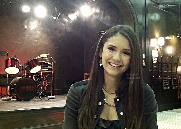 "Photos personnelles de Nina sur le plateau de ""The Vampire Diaries"" :"