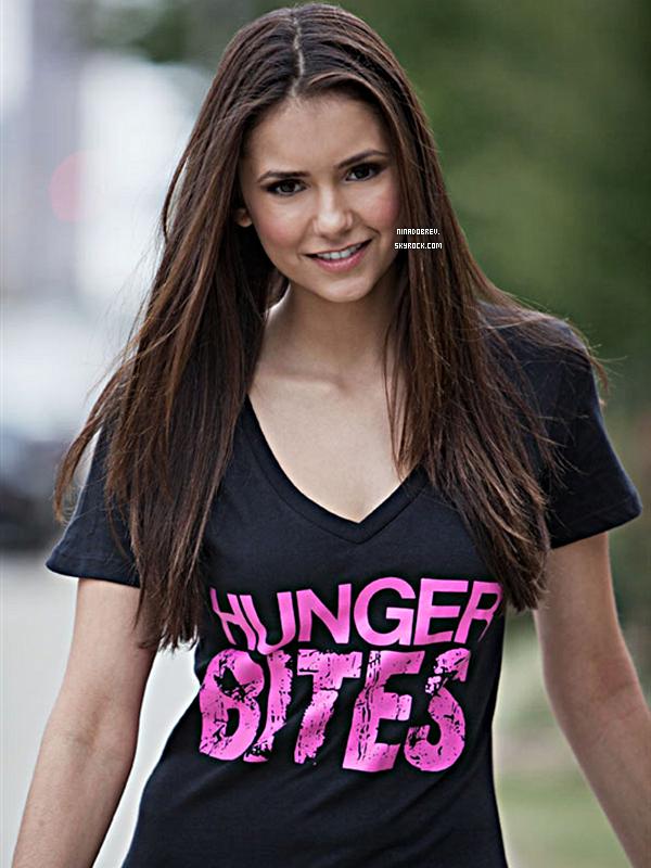 """Photoshoot de Nina pour la promotion des T-Shirts """"Hunger Bites"""" :"""