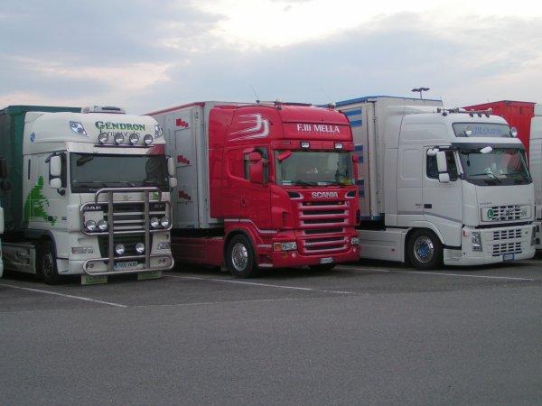 DAF XF 105-460 & SCANIA R560 V8 & un Volvo fh 460
