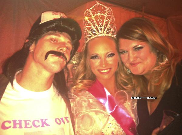29/10/11 : Candice a été aperçue à une fête d'Halloween !  Candice a été aperçue à une fête d'Halloween en compagnie de Zack Roerig déguisée en Miss des années 80 ! Que pensez vous du déguisement ?