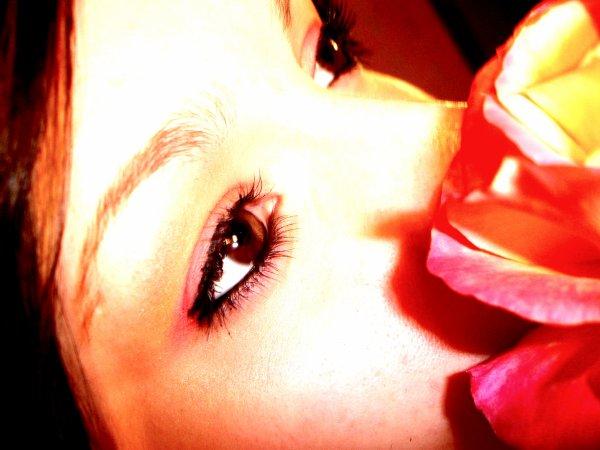 Ella para las horas de cada reloj y me ayuda a pintar transparente el dolor con su sonrisa y levanta una torre desde el ciel hasta aqui, y me cose unas alas, y me ayuda a suvir a toda prisa a toda prisa, la quiero a morir. conoce bien cada guerra cada herida cada ser conoce bien cada guerra de la vida y del amor también.