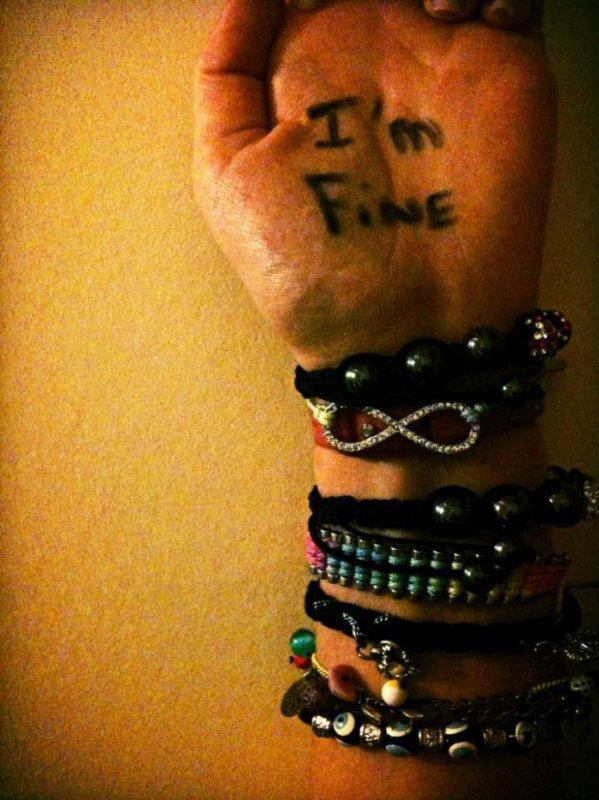 Tu t'es jamais dis que tous les bracelets qu'elle portait s'était pour cacher toutes les blessures qu'il y avait en dessous.