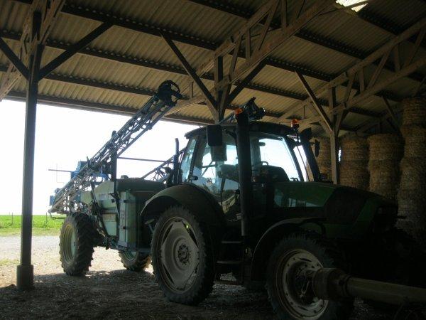 semis de mais avec class et new holand et depart de ferme pour aller traiter