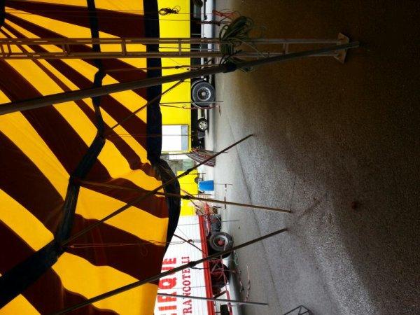 Le cirque francotelli et le cirque rozel sont arrivés à Montferrand-le-Château