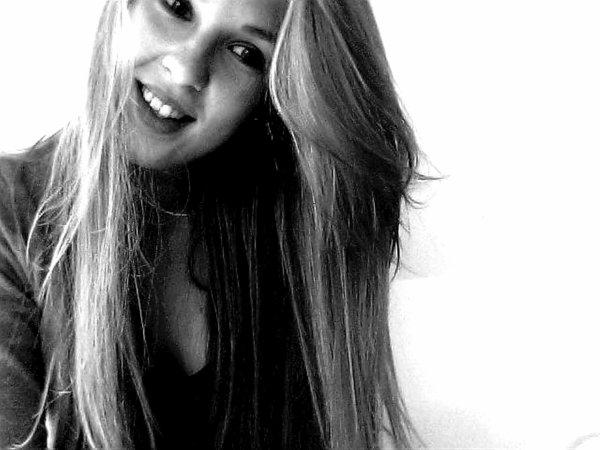 NASTASiA                         ↓      «  Si l'amour était une drogue, j'aimerais mourir d'une overdose. »