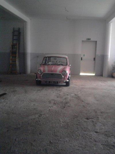 Dans un Hangar.