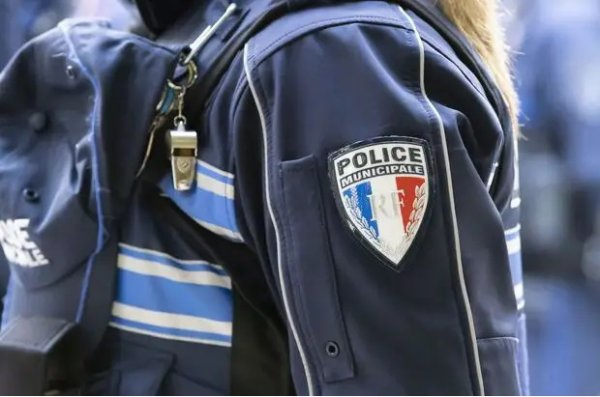 YES RÉSISTANCE A SE GOUVERNEMENT  Pass sanitaire à Fréjus : David Rachline, le maire RN, annonce que sa police n'effectuera pas de contrôle