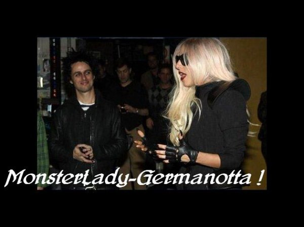 "23/02/11 : Lady Gaga a assisté au concert de Green day ""American Idiot"" au théatre St James a New York. La Gaga  pose avec le chanteur du groupe Billie joe Amstrong :)"