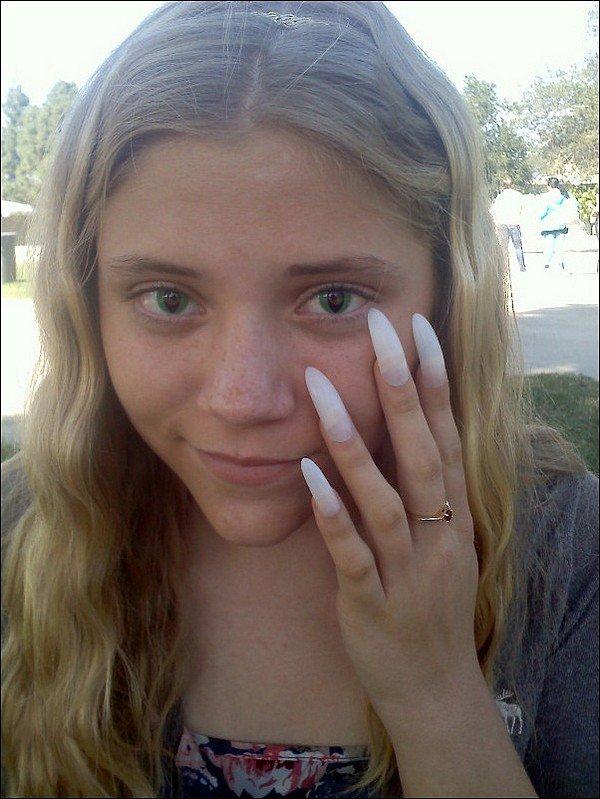 .  3/11  : Skyler remercie une fan de s'être déguisé en Chloé King pour Halloween via Twitter ..