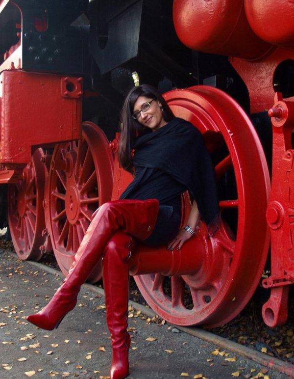 Beautés bottées 5 : spécial cuissardes rouges !