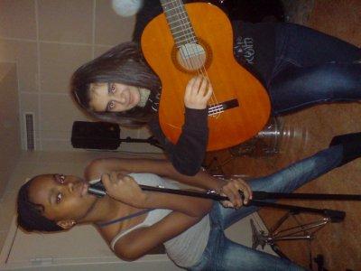 Ma soeur cherie qui chante est ebru joue a la gitar :)