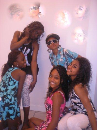LES nana Girls :)    FRANSISCA , CHRISTELLA , CELESTE , BENITA ET MOI EN ROSE :)