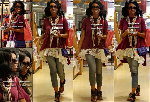 .20/06/13 :  Brandy à été aperçue faisant du shopping au « ORGANIC Toiletries » à Whole Foods dans Los Angeles. Brandy avais un sac venant de chez Victoria's Secret tout en faisant ses courses ainsi qu'un très joli sac chanel je lui accorde un bon top..