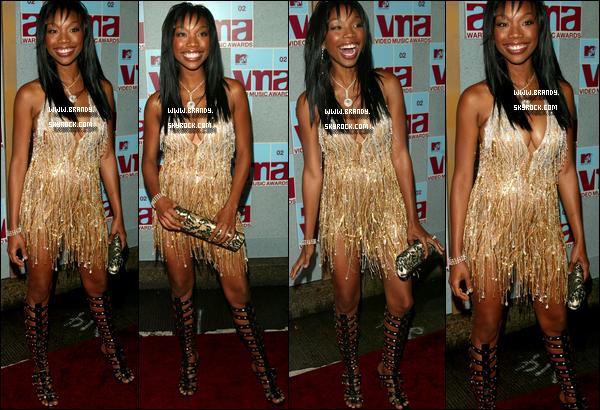 . 29/08/2002 : Brandy avec une robe assez (hum) était attendue à la cérémonie des  « MTV Video Music Awards ». .