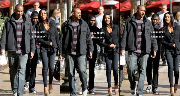 . 01/12/2010 : Brandy à été photographiée avec des amis au centre commercial « The Grove » en virée shopping. .