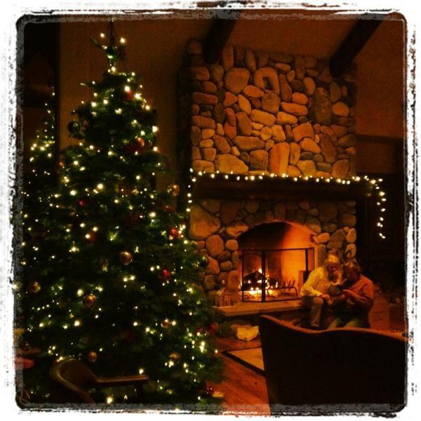 21/12/2011 Nina a twitter : Froidement a l'extérieur, mais le feu nous garde au chaud. L'écoute des airs de Noël tout en décorant mon 2e arbre pour l'année