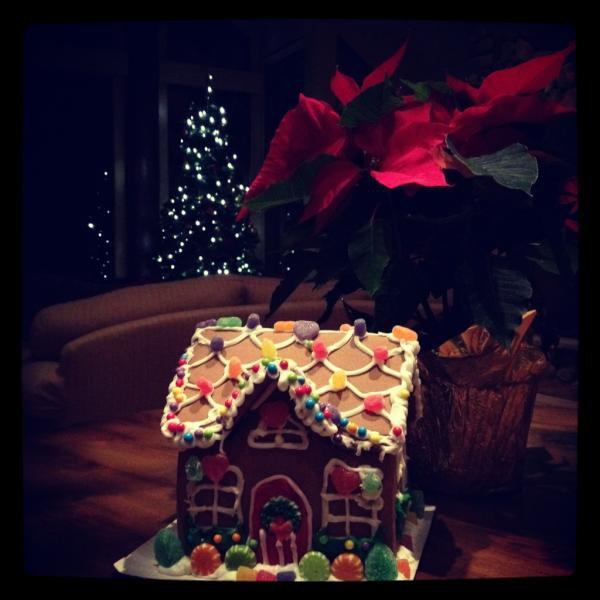 21/12/2011 Nina a twitter : Et juste construit ma PREMIERE maison en pain d'épice. Avec aide. Impossible d'obtenir plus festif que ça!