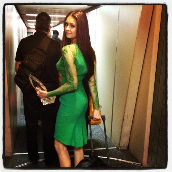 12/01/2012 Nina a twitter : Dernier appel, a du se précipiter à l'aéroport… Je n'ai pas eu le temps d'enlever ma robe!
