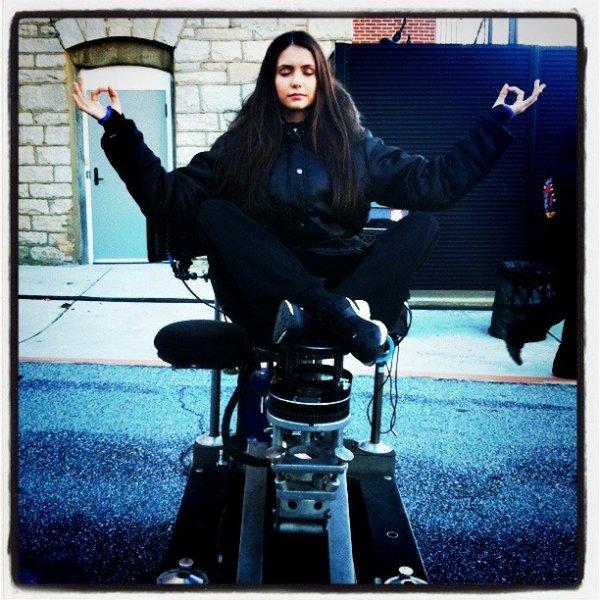 19/01/2012 Claire Holt a twitter : Nina restant zen.